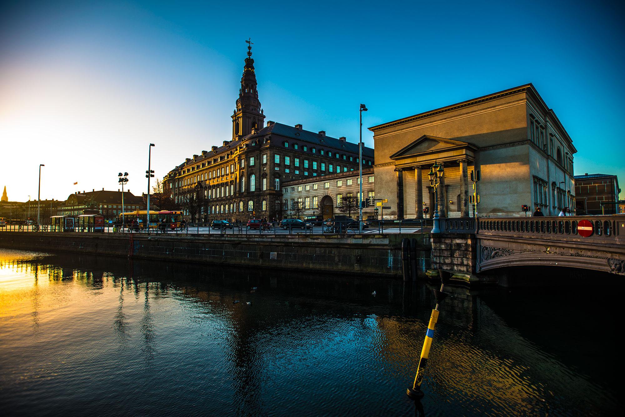 Christiansborg slotsplads i morgensol