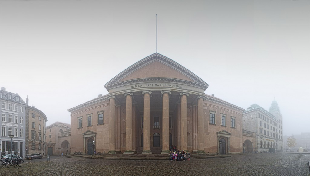 Byretten København i tåge, panorama med skoleklasse