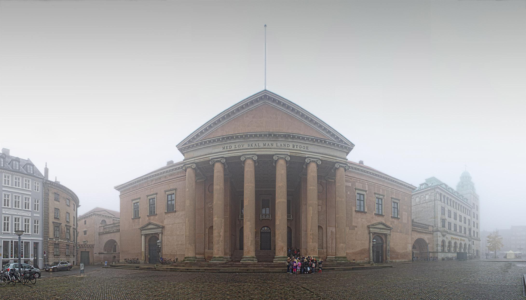 Byretten København i tåge, panorama med skoleklasse. Panoramafoto af Københavns Byret.