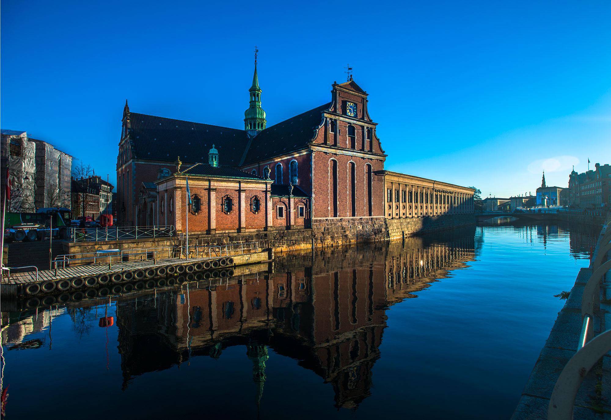 Holmens Kirke foran christiansborg