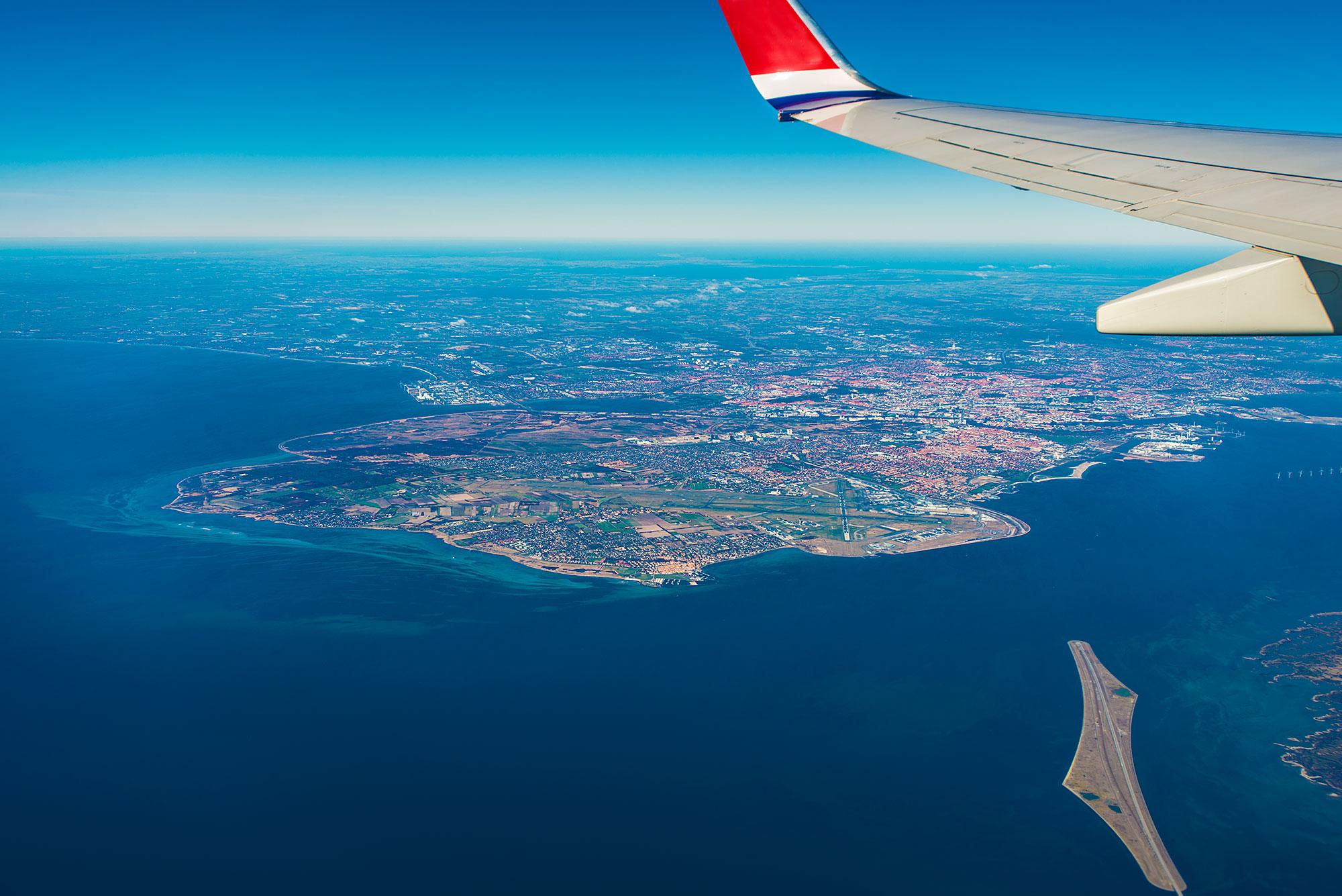 Luftfoto af Peberholm og amager, med København i baggrunden.