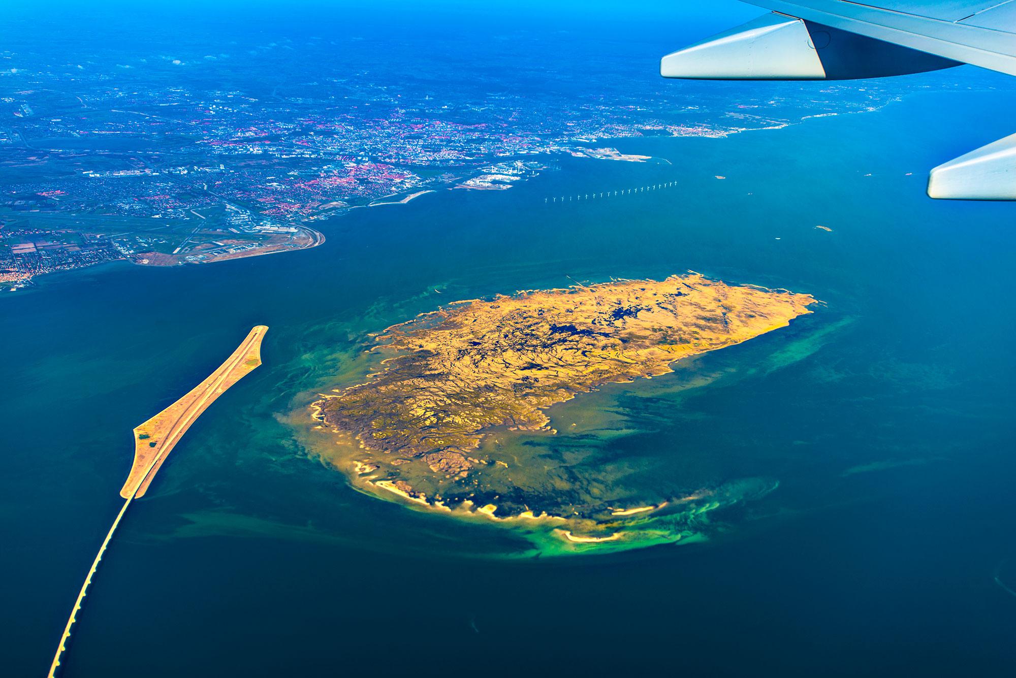 krestenhillerup.dk `Luftfoto af Saltholm og Peberholm midt i Øresund, med København i baggrunden.