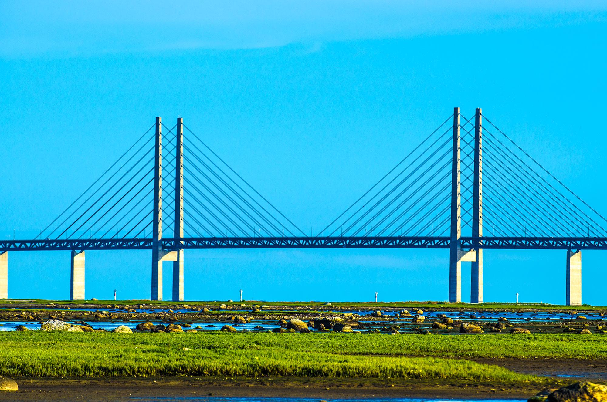 Øresundsbroen eller Öresundsbron set fra saltholm, som ligger lige mellem sverige og danmark.