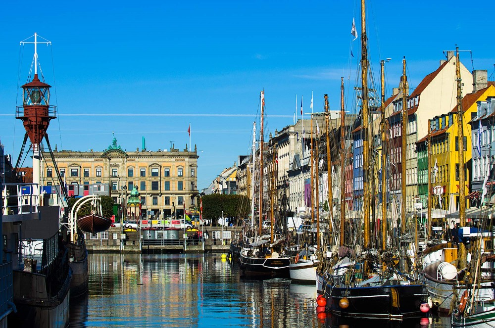 krestenhillerup.dk`foto Danleterre / d'angleterre i københavn med fyrskibet og Nyhavn i forgrunden.