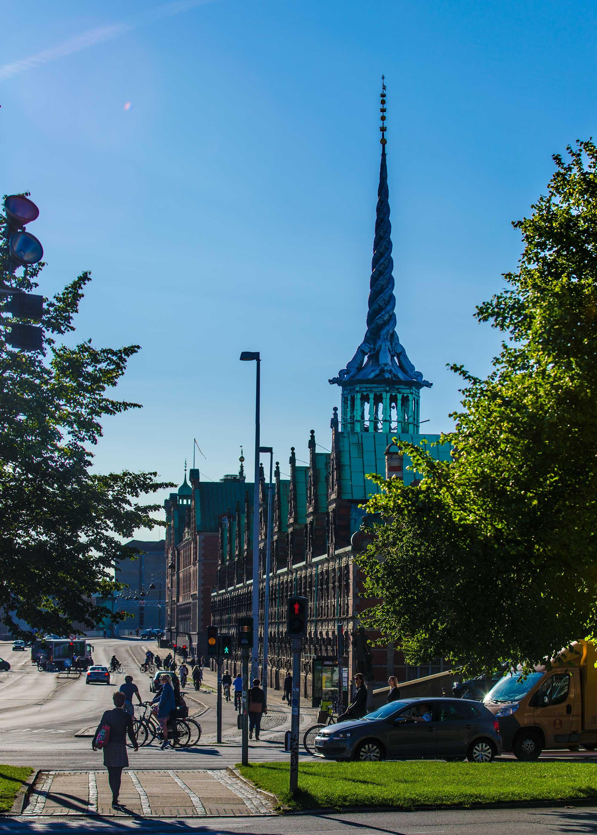 Børsen bygning i København fra vest i morgensol. - krestenhillerup.dk