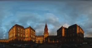 Panoramafoto af Folketinget i solnedgang