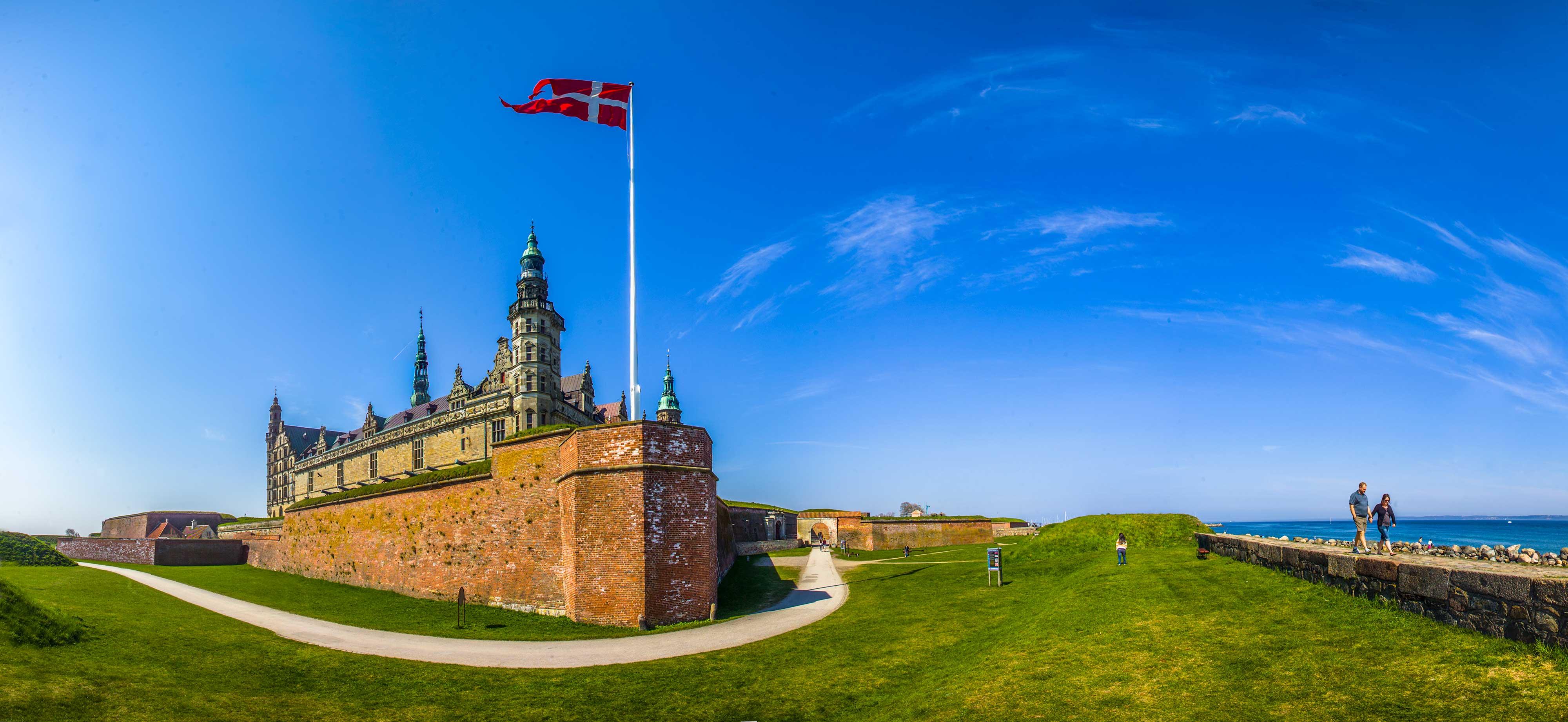 Kronborg castle med Dannebrog og øresund