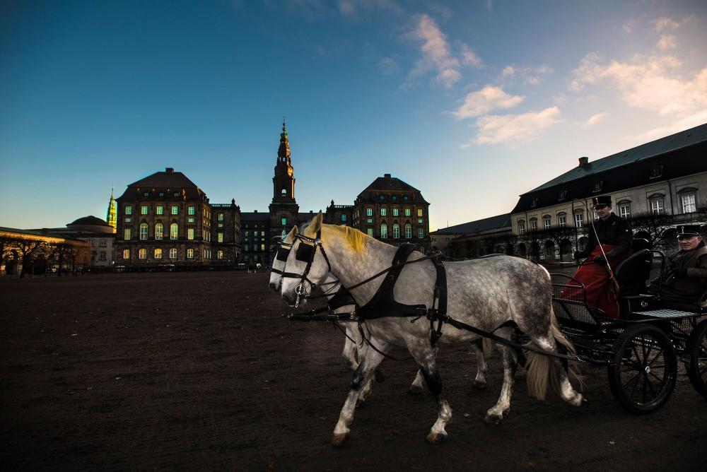 Hestevogn kører Foran Christiansborg